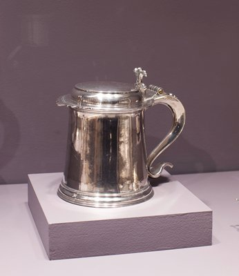 tankard, slightly tapered, cylindrical plain body, flat cover with serrated front edge, and solid scroll billet, 'S' scrolled handle with fine hinge and beaded ornament in relief; reeded base