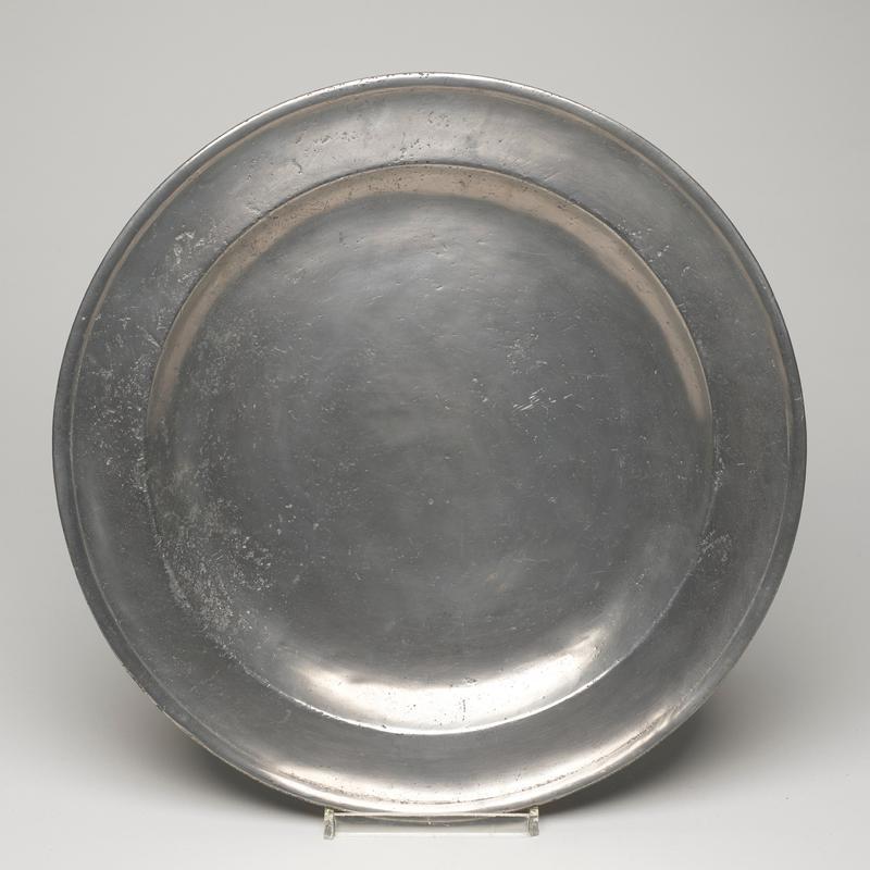 dish, large with flat broad rim