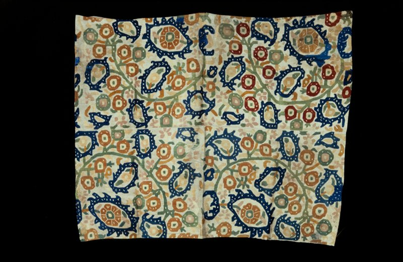 Panel of tan linen with all-over design of geometrical flowers and leaves in tan, blue, green, rose and yellow linen. Chain and flat stitch. Composed of two strips sewed together. Lined with beige crepe. Rare and valuable piece. Linen.